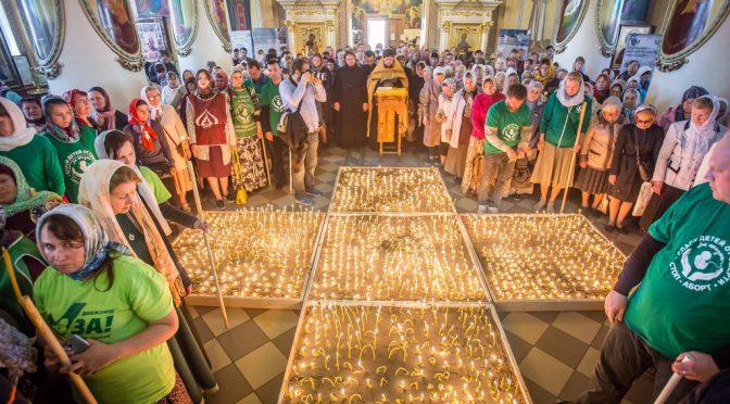 В Ижевске зажгли 2300 свечей в память о нерожденных младенцах